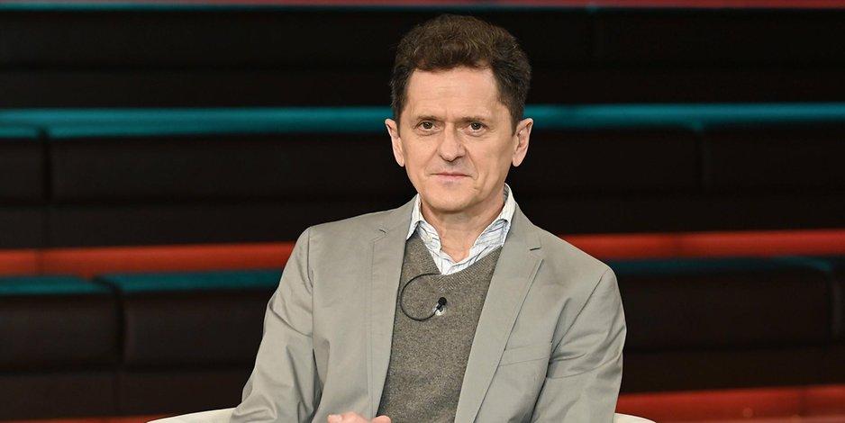 Klaus Stöhr in einem Fernsehstudio
