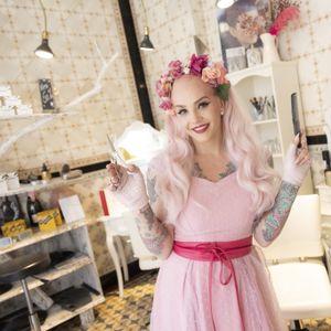 Belle la Donna in ihrem Salon