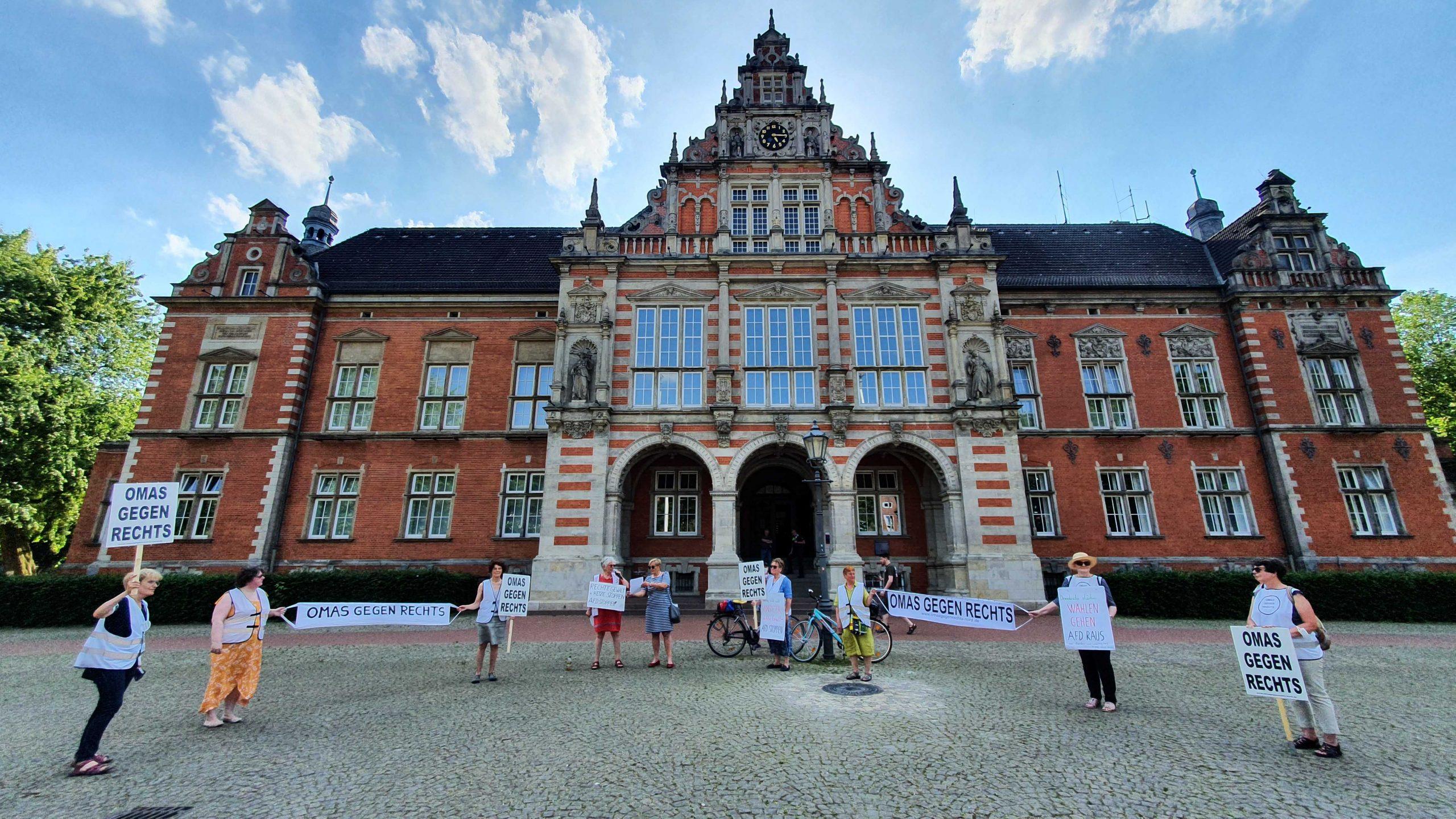 Protest-Aktion: Hamburger Omas setzen ein Zeichen gegen die AfD | Hamburger Morgenpost