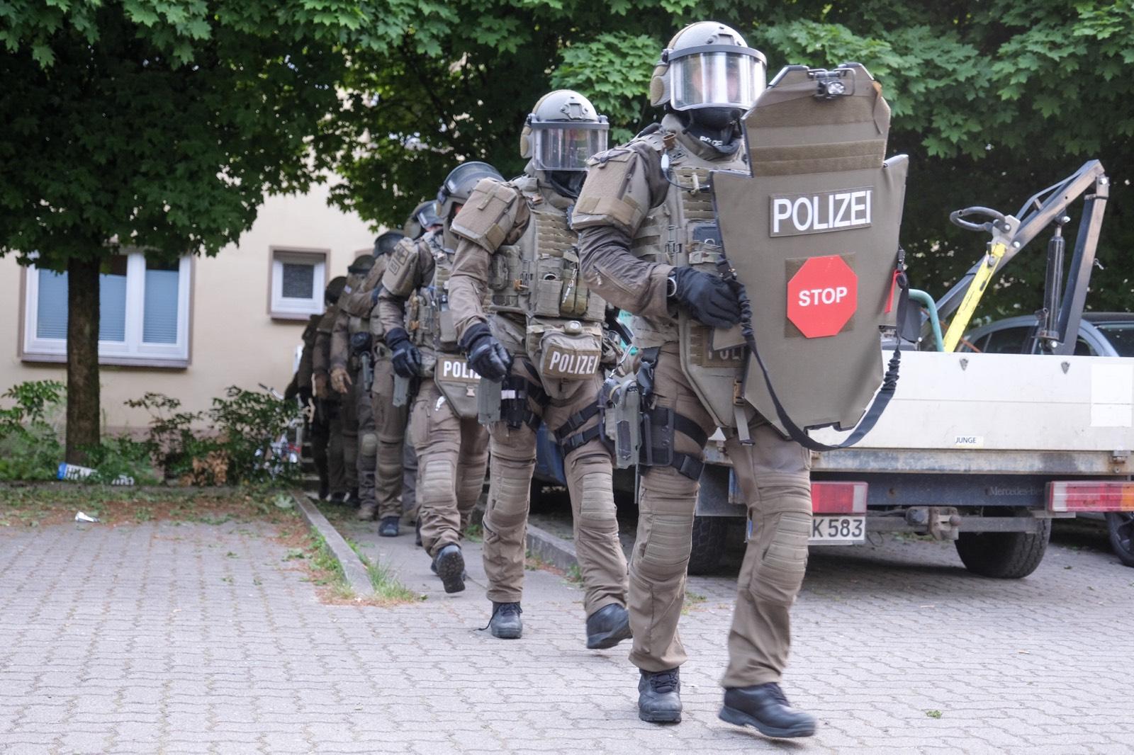Da der Verdacht bestand, das eine Schusswaffe sich in der Wohnung befindet, kamen SEK und USK zum Einsatz.