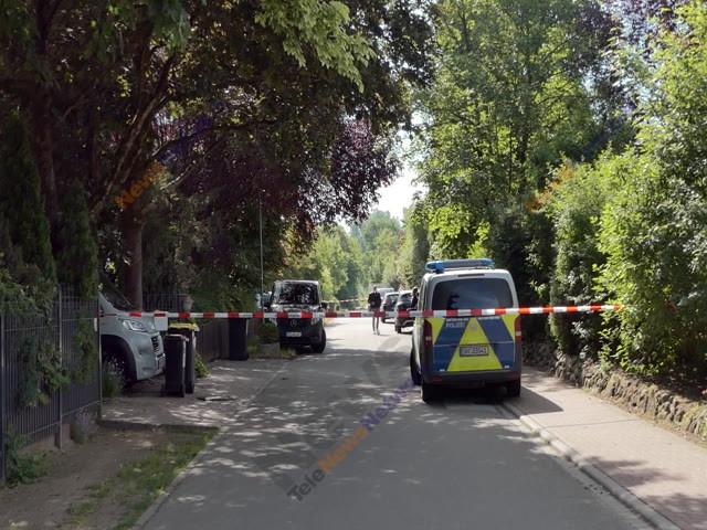 Polizeiabsperrung in einer Wohnstraße.