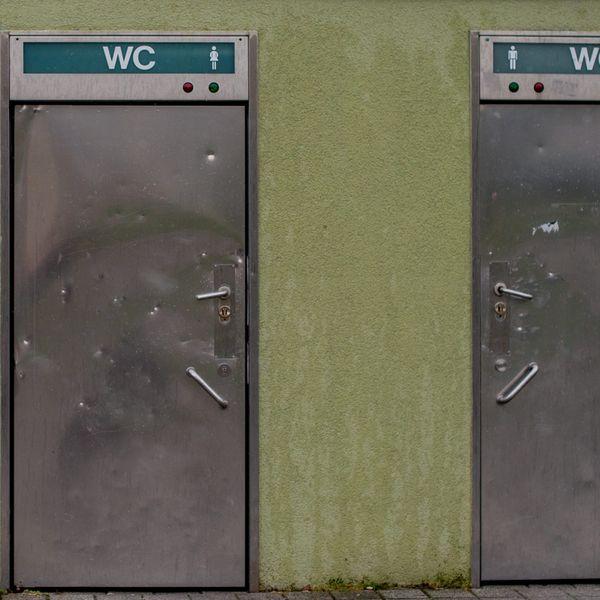 Die Türen einer öffentliche Toilette (Symbolbild).