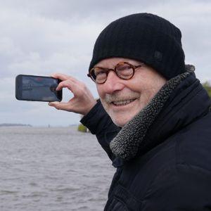 Michael Westhagemann, im Hintergrund ein Containerschiff