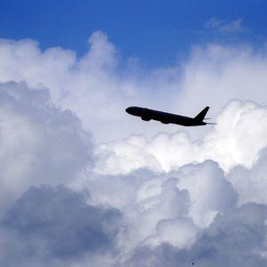 Ein Flugzeug vor Wolken