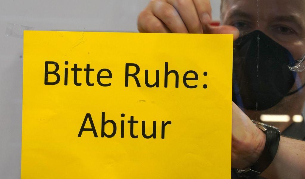"""Lehrer bringt ein """"Bitte Ruhe: Abitur""""-Schild an"""
