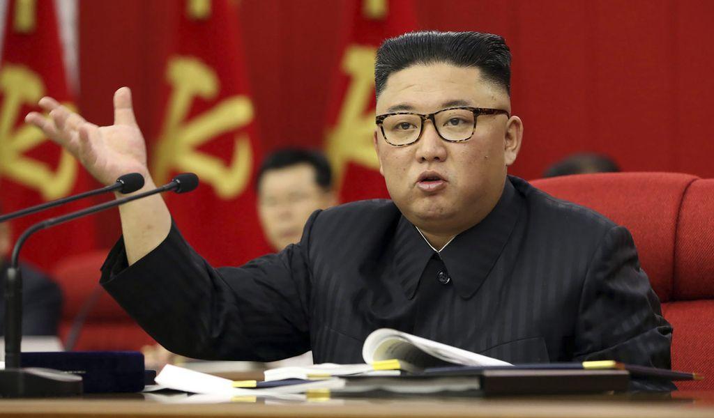 Kim Jong Un spricht auf einer Versammlung seiner Arbeiterpartei.