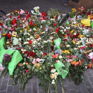 Blumen an der Stelle des tödlichen Messer-Attentats