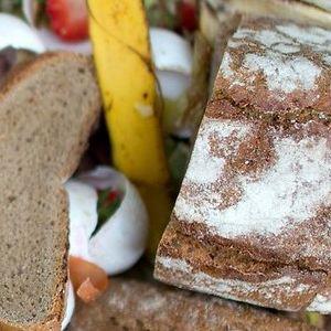 Eine Biotonne voller Lebensmittel. In Hamburg landen auch viele Lebensmittel immer noch im Restmüll.