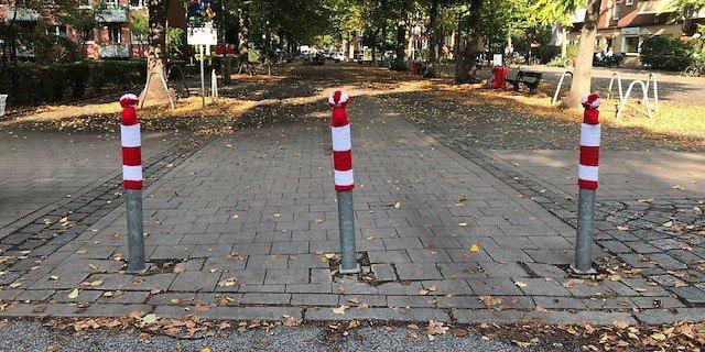 DerBlinden- und Sehbehindertenverein Hamburg e.V. setzte auf Pollern Mützen.