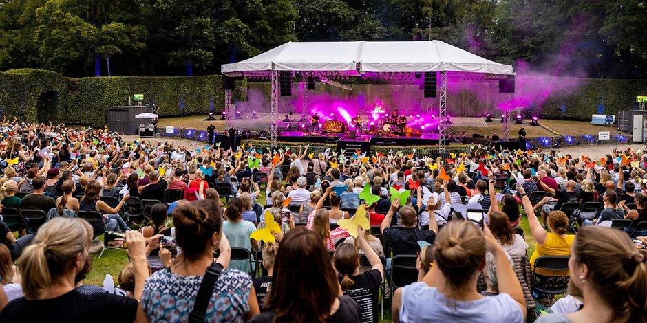Zuschauer vor der Bühne im Stadtpark