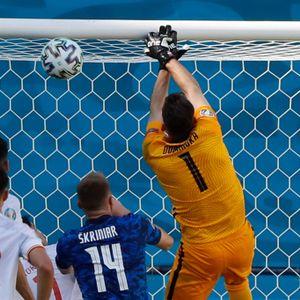 Dubravka schaut dem Ball hinterher