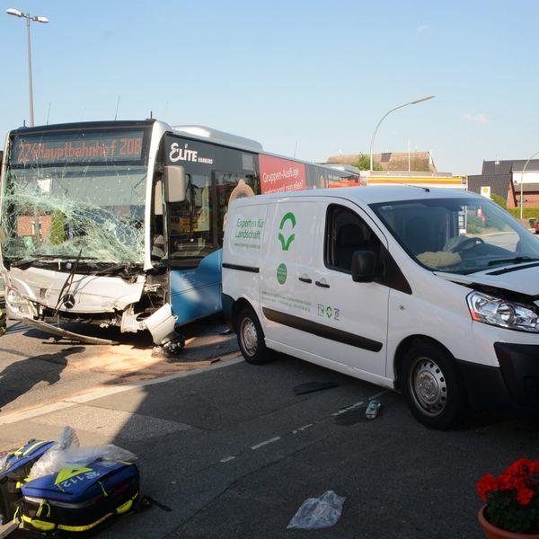 Hamburg: Trotz Vollbremsung – Linienbus kracht in Toyota.