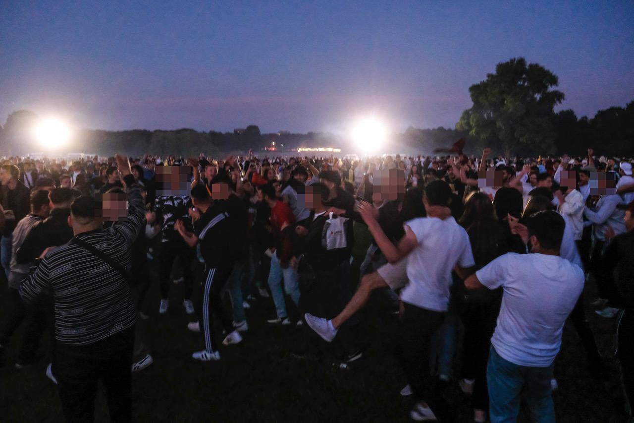 Die Polizei musste sowohl am Freitag als auch am Samstag den Stadtpark räumen, nachdem tausende Jugendliche ohne Abstand feierten und tanzten.