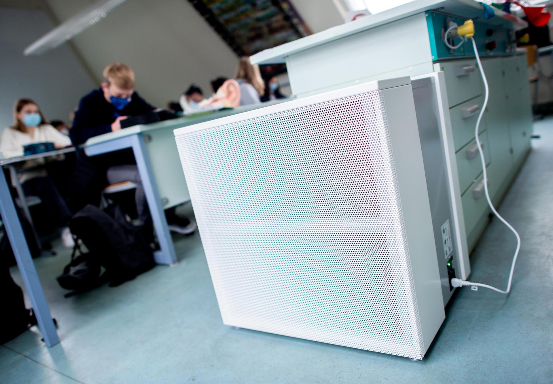 Ein Luftfilter in einem Klassenzimmer