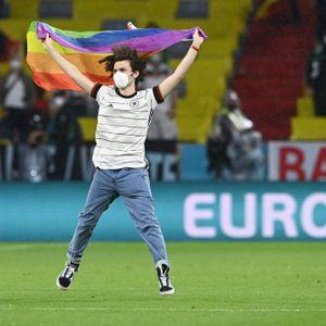 Flitzer mit der Regenbogen-Fahne