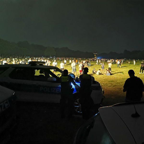 Rund 4000 Menschen haben in der Nacht zu Samstag im Hamburger Stadtpark gefeiert