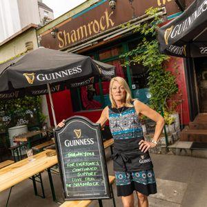 """Lindsay Bennett (49) vor ihrem """"Shamrock"""""""