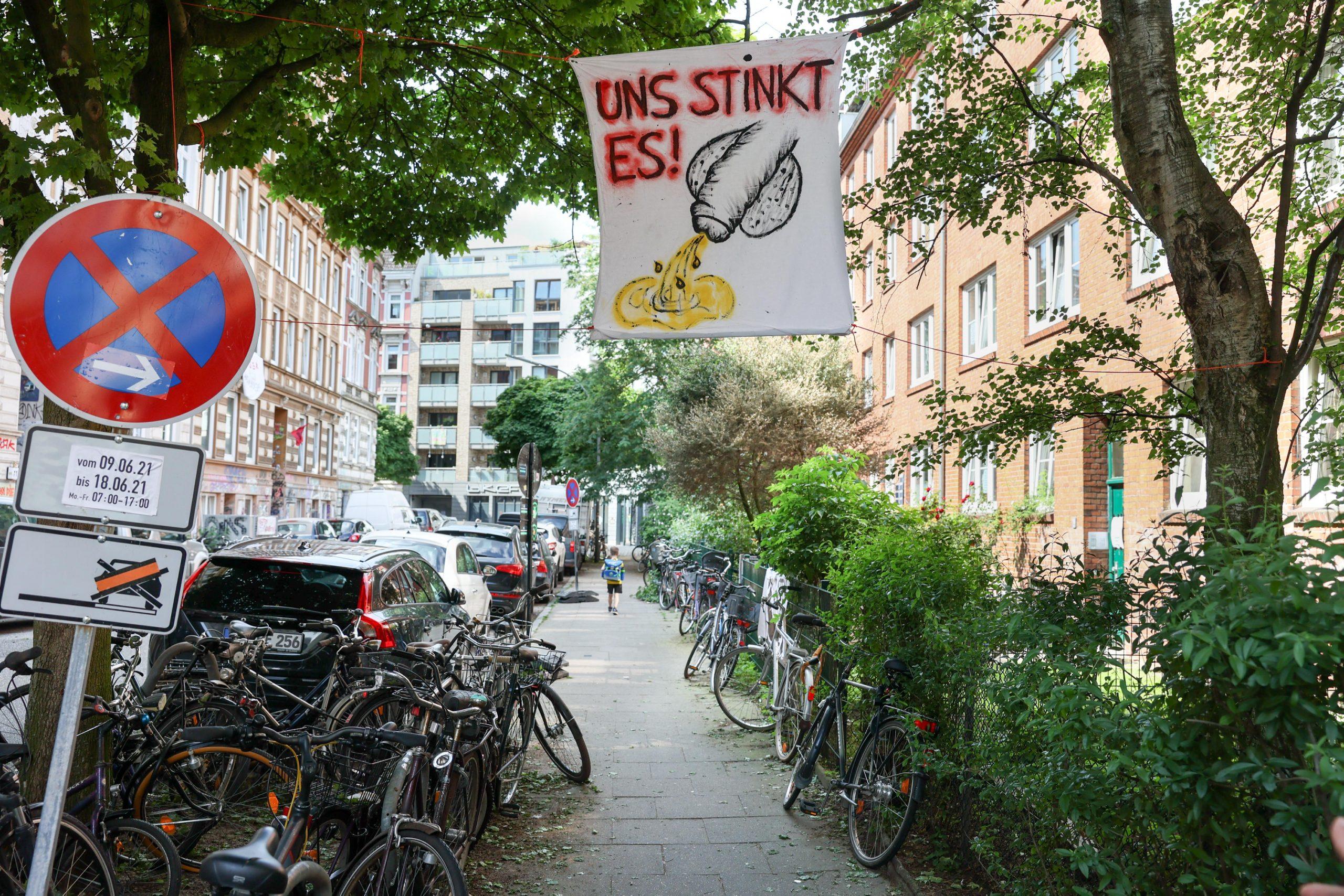 Das Partyvolk vom Schulterblatt kommt nur zu gerne in die Rosenhofstrasse, um dort die Notdurft zu verrichten - das stinkt den Anwohnern gewaltig und sind kreativ geworden.