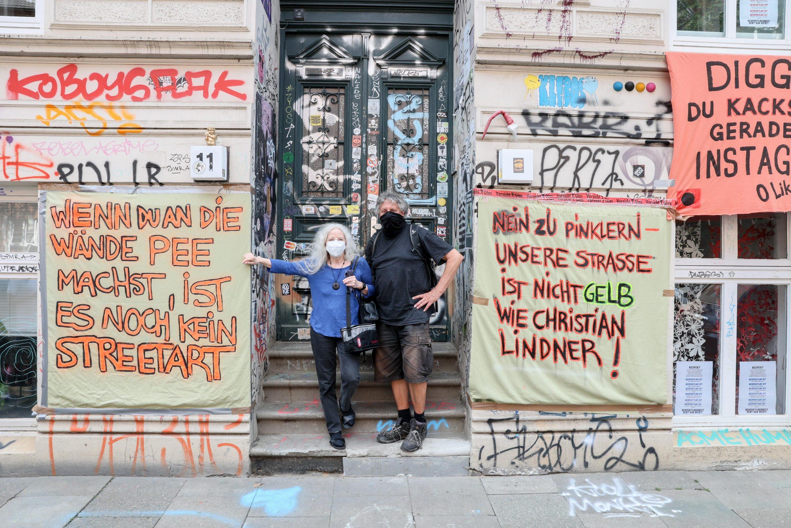 Anwohnern stinkt es gewaltig und sind kreativ geworden. Karina (72) und Peter (67 beteiligten sich an Plakat-Aktion