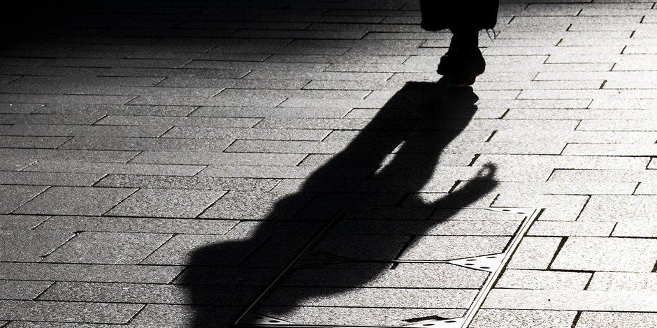 Nächtlicher Schatten auf der Straße