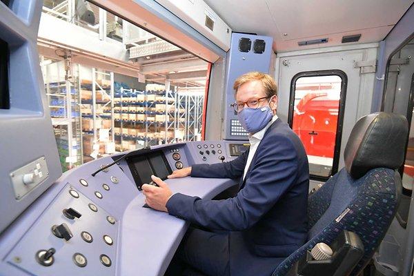 Verkehrssenator Anjes Tjarks (Grüne) sitzt im Führerhaus der neuen S-Bahn. Auf der hochmodernen Strecke werden Fahrer hier nur überwachend Platz nehmen.