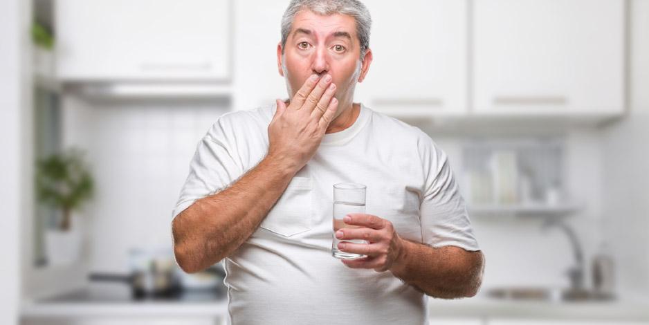 Ein Mann mit einem Glas Wasser