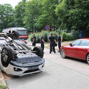 Polizisten am Unfallort in Rostock.