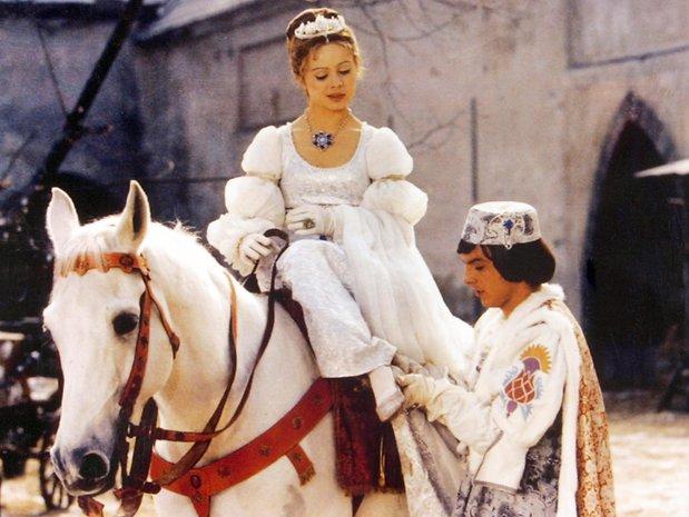 Jedes Weihnachten dieselbe Szene – doch immer wieder gut: Der Prinz (Pavel Travnicek) passt Aschenbrödel (Libuse Safrankova) den verlorenen Schuh an.