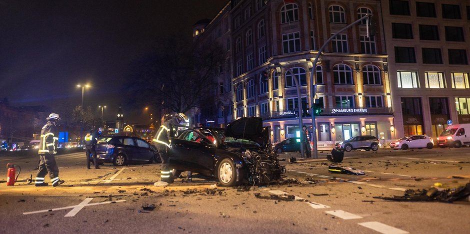 Ein zerstörter Audi A3 in der Hamburger Innenstadt
