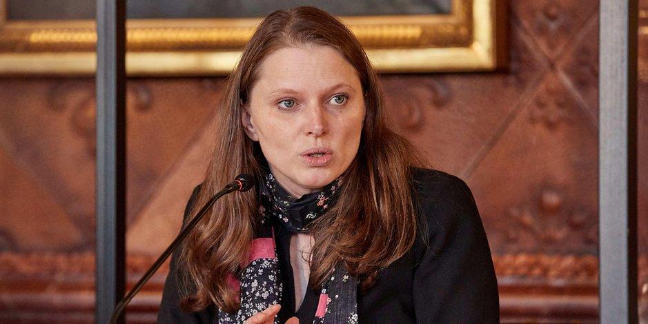Melanie Leonhard auf einer Pressekonferenz