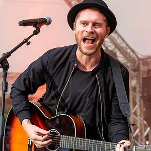 Johannes Oerding singend mit Gitarre