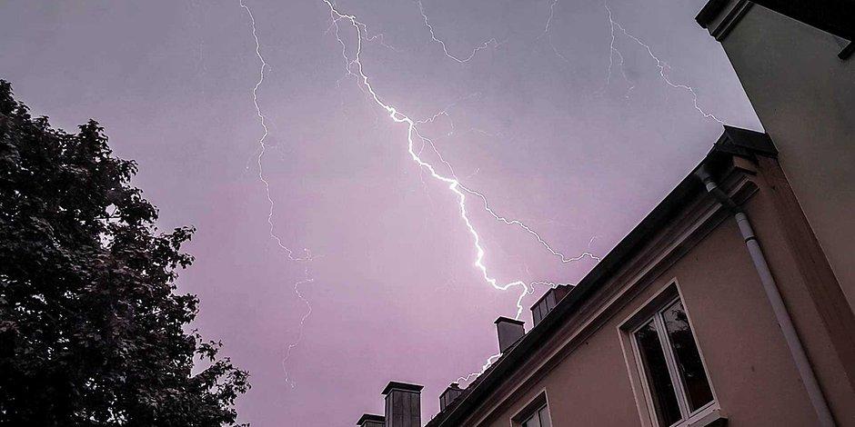 Blitz über einem Haus