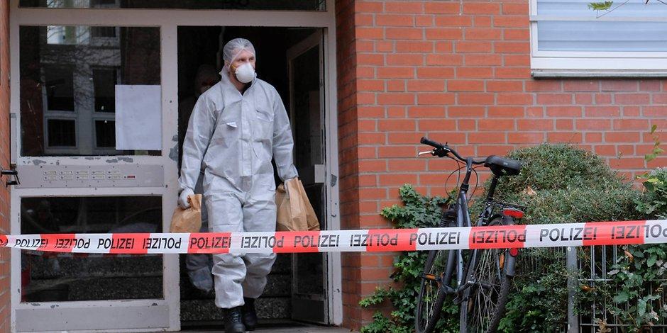 Ein Ermittler der Mordkommission am Tatort an der Bleicherstraße in Hamburg.