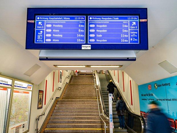 Die neuen digitalen Zuganzeiger der S-Bahn Hamburg hängen derzeit in Hammerbrook und Pinneberg.