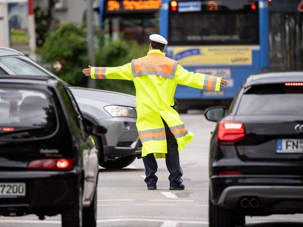Ein Polizist regelt den Verkehr (Symbolbild).