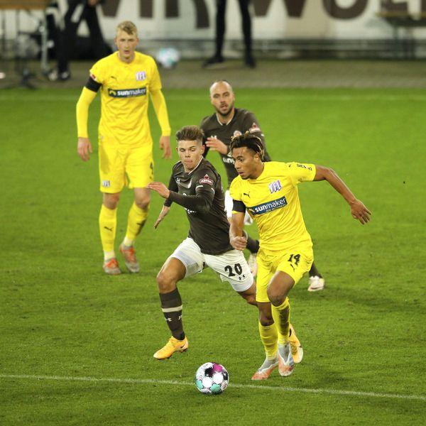 Etienne Amenyido gegen St. Paulis Finn Ole Becker