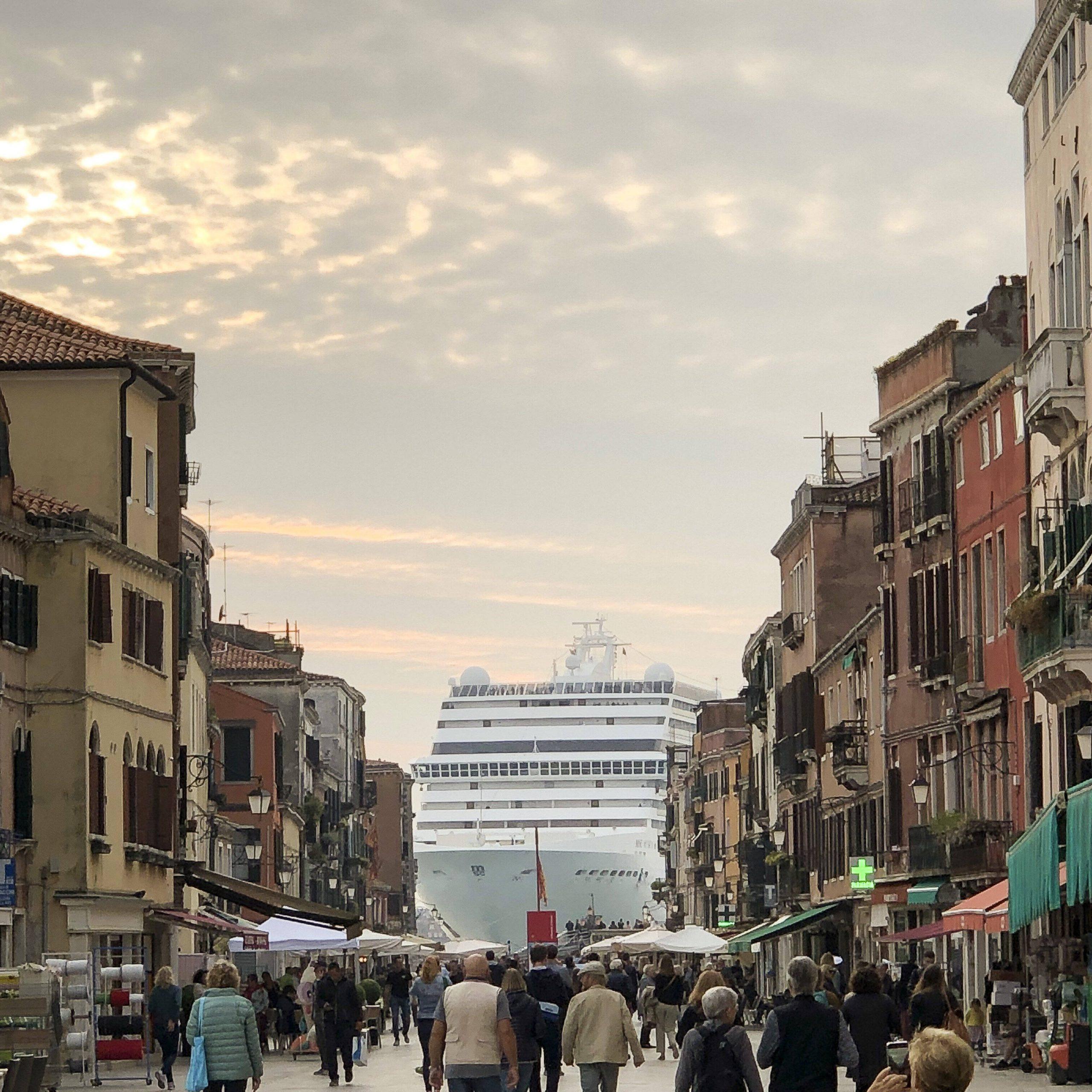 Verhasster Anblick in Venedig: Ein Kreuzfahrtschiff schwimmt durch die Altstadt.