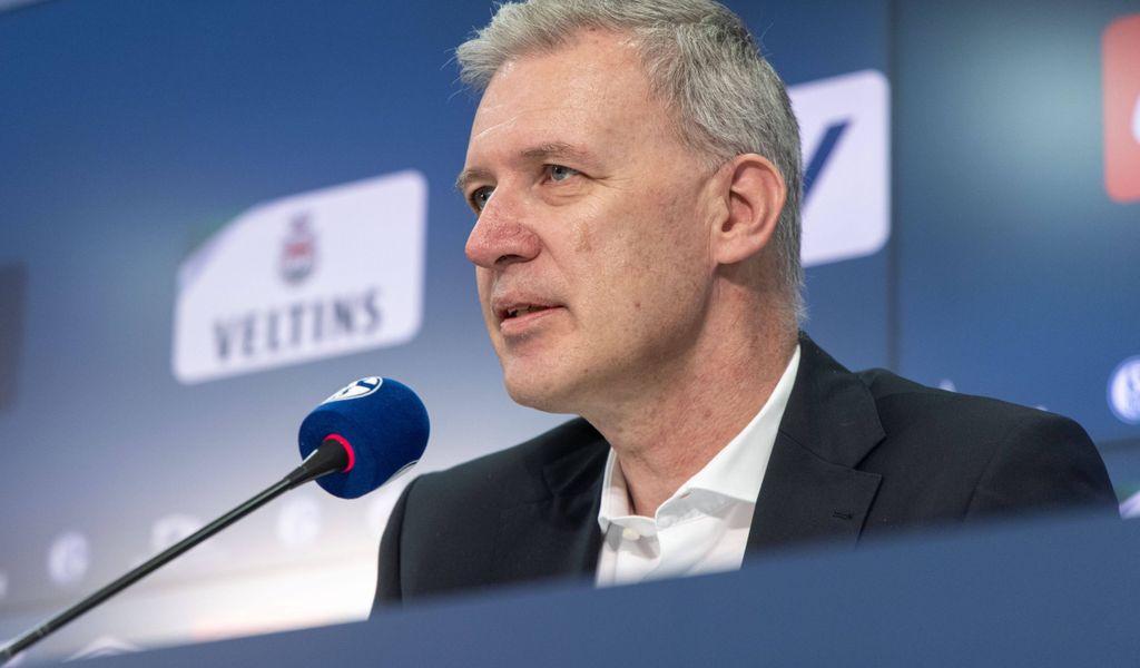 Jens Buchta sitzt auf der Schalker Pressebühne