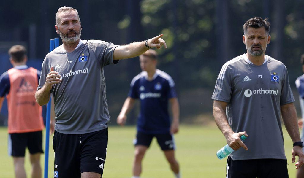 Allzu viele Profis kann HSV-Trainer Tim Walter (l.) aktuell nicht auf dem Trainingsplatz begrüßen.