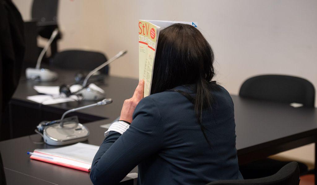 Omima A. vebirgt ihr Gesicht im Gericht