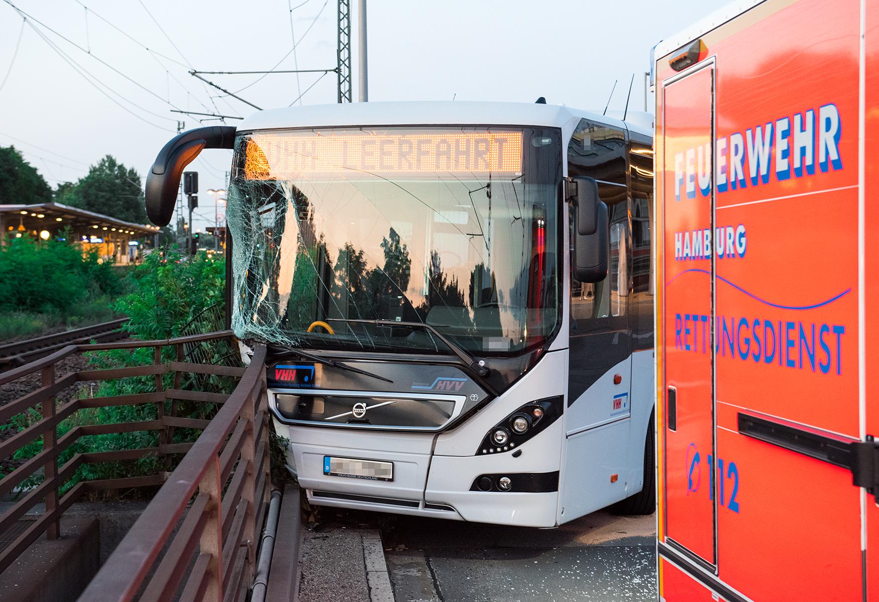 In Hamburg: Bus rammt Brückengeländer - vier Verletzte   MOPO