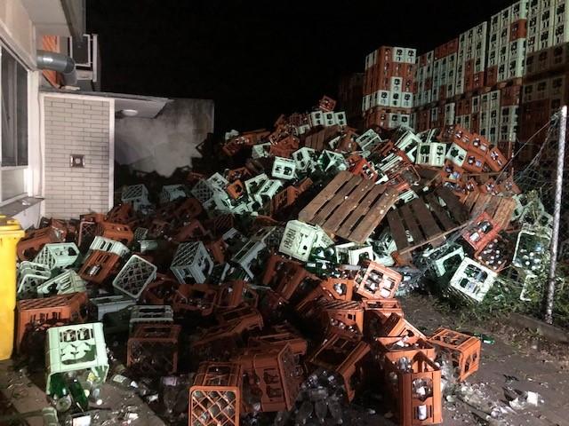 Eingesperrt! Die umgestürzten Leergut-Kisten blockierten den Zugang zum Haus.
