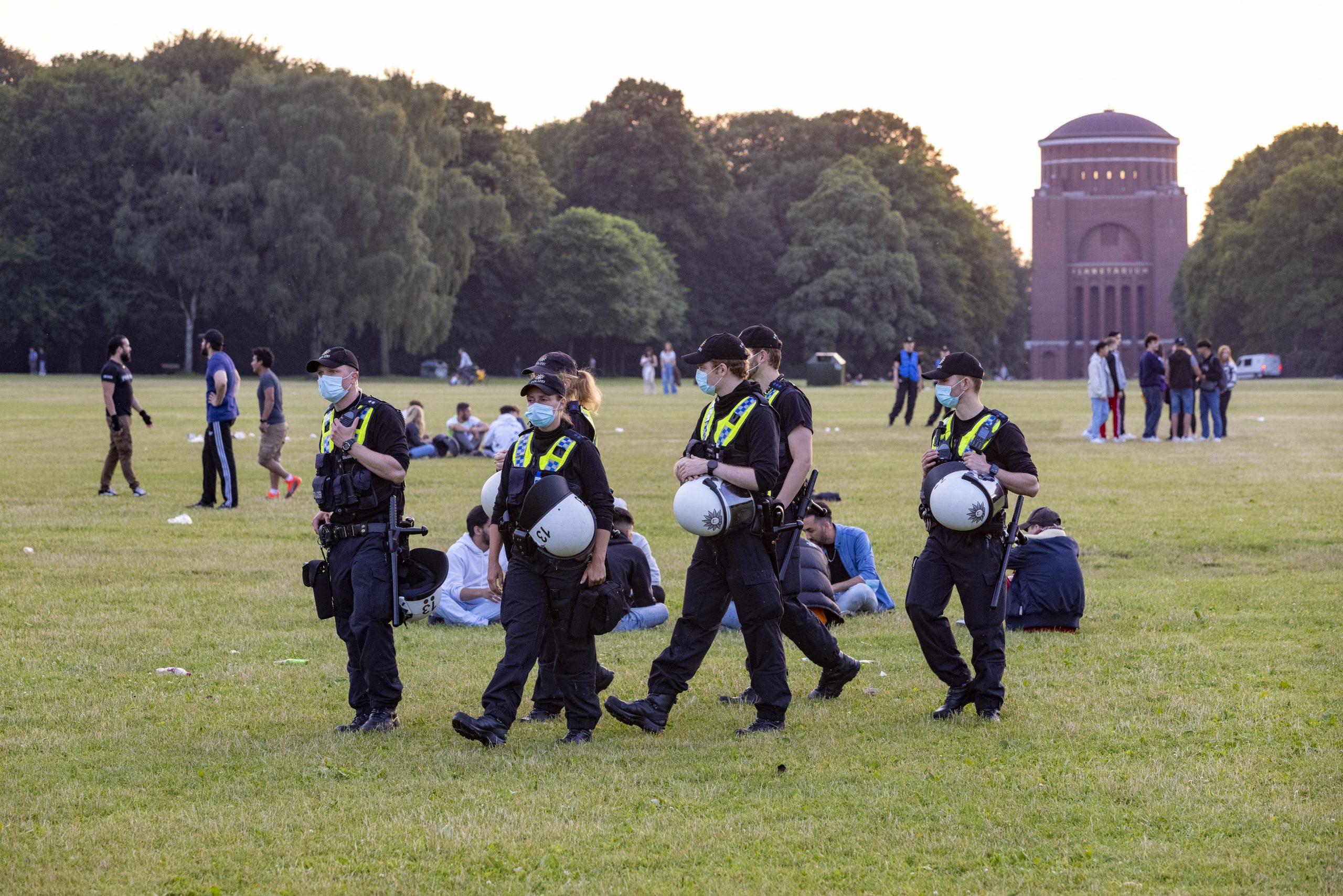 Die Einsatzkräfte haben die Besucher:innen auf der Wiese im Blick.