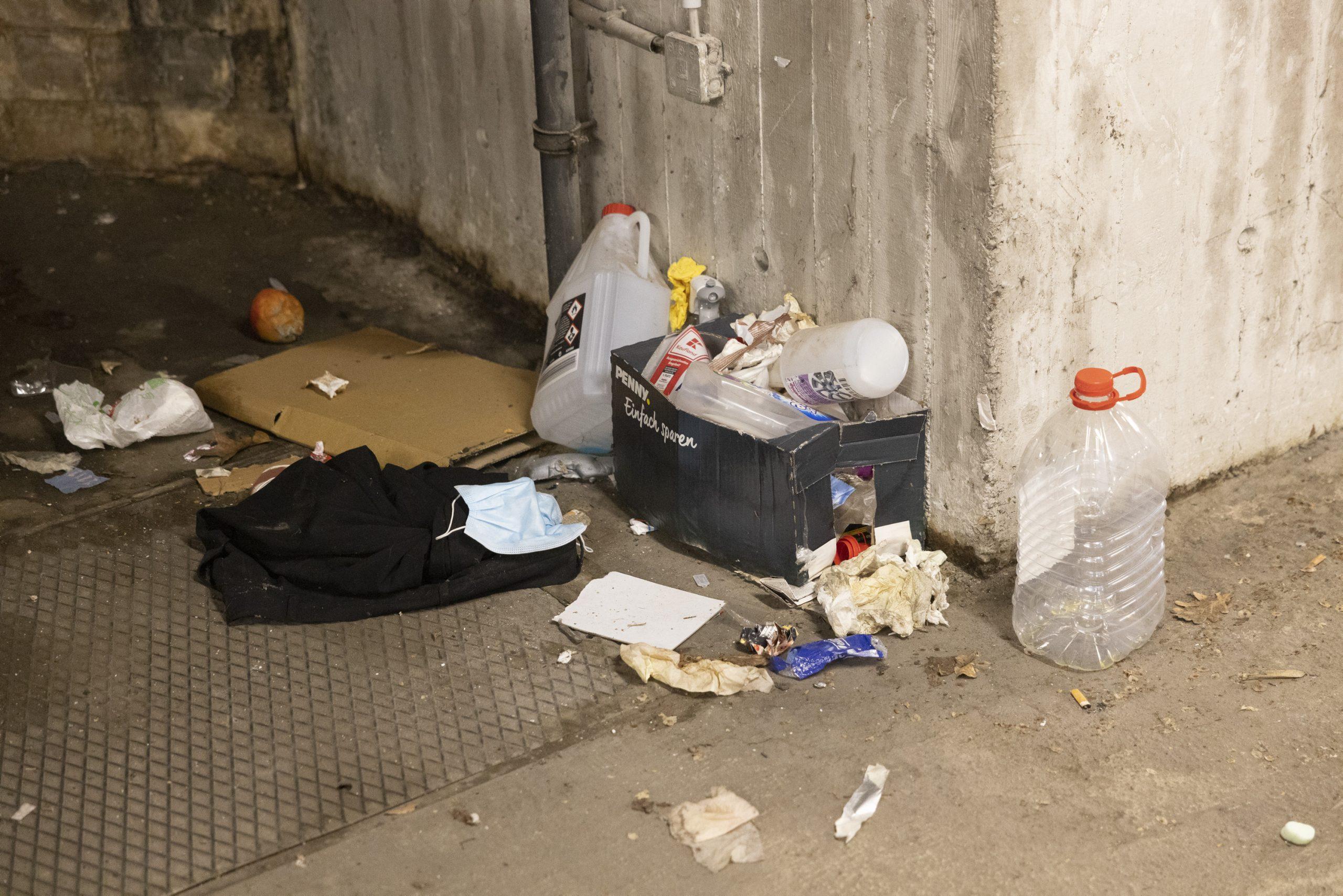 Müll und Dreck sammeln sich in der Garage.