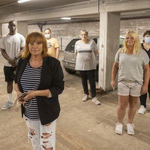 Anne Rol (vorn) und die anderen Mieter:innen ärgern sich über das defekte Garagentor.