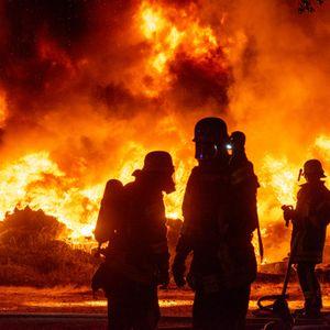 Großeinsatz mehrerer Feuerwehren in Wesel: Ein rund 100 Quadratmeter großer Haufen Autoreifen steht in Flammen.