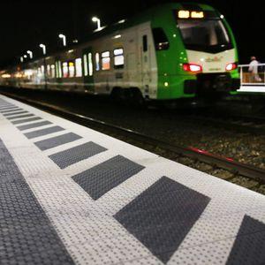 In Neumünster fiel ein 18-Jähriger in ein Gleisbett und schlief dort ein.