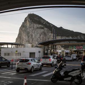 Autos stehen an der Grenze zwischen Spanien und Gibraltar.