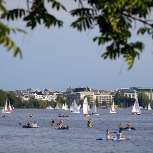 Stand Up Paddler und Boote auf der Alster