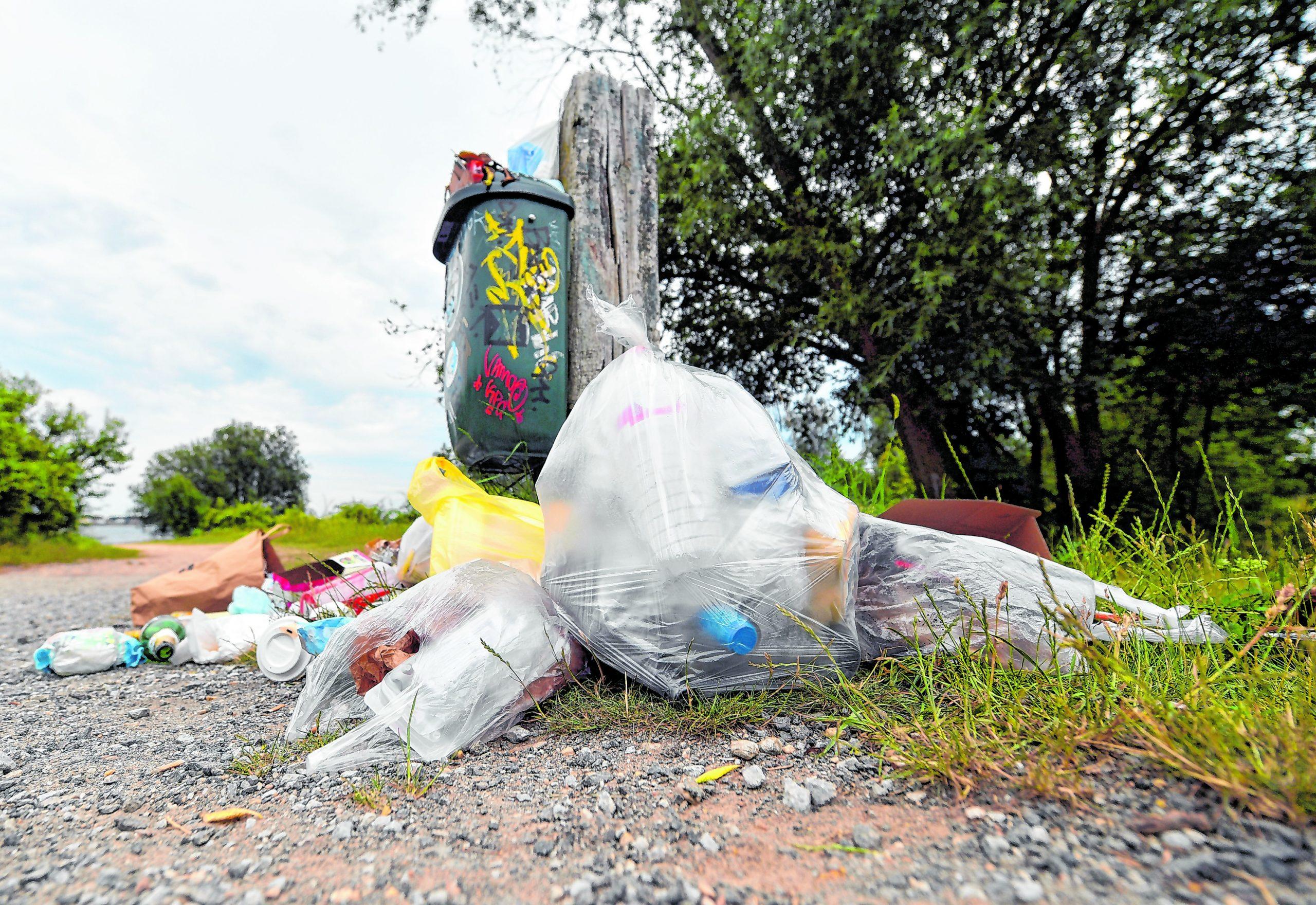 Volle Müllsäcke neben einem überfüllten Mülleimer in Großbritannien